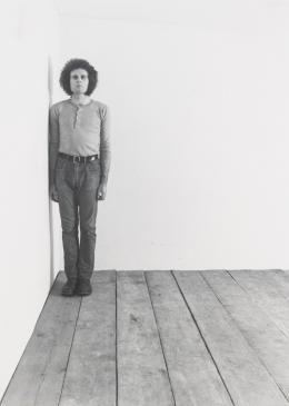 "Klaus Rinke, ""Primärdemonstrationen. Wand, Boden, Ecke, Raum"", 1969–70 25-teilige Fotoserie © Klaus Rinke"