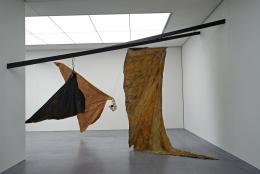 Ohne Titel (schwarzer Flügel), 1979; Grosser Flügel mit Kopf, 1979; Ohne Titel (schwarzer Flügel), ohne Datum v.l.n.r. Fotografie: Katalin Deér © Pro Litteris, Zürich