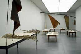 Tisch links: Ohne Titel, um 1979; Ohne Titel, um 1984/85; Ohne Titel, um 1984/85;  Hinten Mitte: Grosser Flügel mit Kopf, 1979; Fotografie: Katalin Deér © Pro Litteris, Zürich