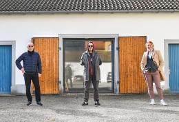 Judith Reichart, Leiterin Kulturservice, und Michael Rauth, Stadtrat für Kultur, begrüßen den Künstler vor dem Atelier in Bregenz © Udo Mittelberger