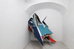 """Felix Schramm, """"Duo"""", Fondazione Volume, Rom , 2016 Rigipsplatten, Farbe, Holz Foto: Knut Kruppa © Felix Schramm"""