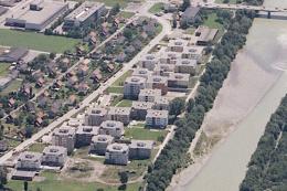 Eckhard Schulze-Fielitz: Achsiedlung Bregenz (Luftaufnahme 1977, © Helmut Klapper/ CC BY-SA 4.0)