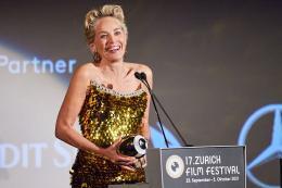 Sharon Stone empfängt den Golden Icon Award unter Freudentränen © Tim Hughes for ZFF