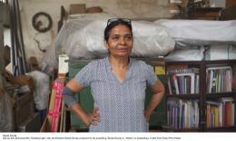 """Still aus dem Dokumentarfilm """"Shedding Light"""", über Sheela Gowda, produziert für die Ausstellung im Lenbachhaus © Fortis Green Film+Medien"""