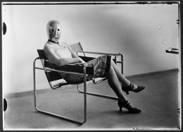 Sitzende mit Bühnenmaske von Oskar Schlemmer im Stahlrohrsessel von Marcel Breuer. Foto: Erich Consemüller, um 1926; Bauhaus-Archiv Berlin, © Dr. Stephan Consemüller