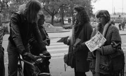 Gertrud Vogler, Jugendliche mit der Bewegungszeitschrift «Eisbrecher», 1. August 1980 (Schweizerisches Sozialarchiv).