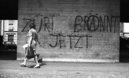 Gertrud Vogler, Mauerschrift am Helvetiaplatz, 31. August 1980 (Schweizerisches Sozialarchiv).