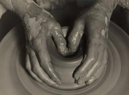 Albert Renger-Patzsch (1879–1966), Schaffende Hände, 1925–1927, Silbergelatine-Abzug auf Barytpapier, 17,8 × 23,8 cm, Courtesy Skrein Photo Collection © VG Bild-Kunst, Bonn 2021
