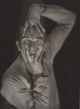 Hans Robertson (1883–1950), Der Tänzer Harald Kreutzberg, 1925, Gelatinesilberpapier, 23,4 × 17,1 cm, Städel Museum, Frankfurt am Main Foto: Städel Museum, Frankfurt am Main