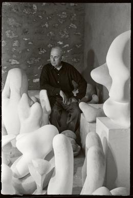 Hans Arp in seinem Atelier inmitten seiner Skulpturen, Clamart, 1954, Foto: Denise Colomb © Ministère de la Culture – Médiathèque de l'architecture et du patrimoine, Dist. RMN-Grand Palais/Denise Colomb © RMN-Grand Palais