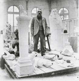 Auguste Rodin inmitten seiner Skulpturen im Pavillon de l'Alma, Meudon, um 1902, Foto: Eugène Druet © Musée Rodin