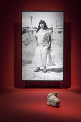 Teresa Margolles, Karla, Hilario Reyes Gallegos , 2016 B/w print: 242 × 153 cm, framed Facsimile: 32 × 26 cm, framed Found object: 21 x 38 x 12 cm courtesy of the artist, Foto: Rafael Burillo