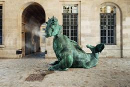 Drittes Tier, 2017 Patinierte Bronze, Wasserpumpe, 350 x 410 x 215 cm Installationsansicht La Monnaie de Paris, Paris Courtesy of the artist Foto: Aurélien Mole © Thomas Schütte | Bildrecht, Wien, 2019; Aurélien Mole, Monnaie de Paris