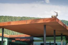 """Blick auf das TIROL PANORAMA mit Kaiserjägermuseum, das während der Ausstellung """"(un)natürlich urban"""" durch einen Steinbock am Dach ergänzt wurde.  © TLM / Martin Gamper"""