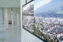 """Der Wandel des Lebensraumes wird in der Ausstellung """"(un)natürlich urban"""" durch große LED-Vergleichsbilder dargestellt.  © TLM / Martin Gamper"""