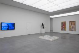 v.l.n.r. Martin Schmid (The Written Face), Andy Warhol (Dance Diagram (6)) (auf dem Boden liegend),  Willem de Kooning (Hostess) (auf Sockel) und (Ohne Titel)