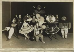 Das Triadische Ballett von Oskar Schlemmer. Gruppenfoto aller Figurinen im Regieheft für den Komponisten Hermann Scherchen, 1927. Foto: Ernst Schneider, Bauhaus-Archiv Berlin
