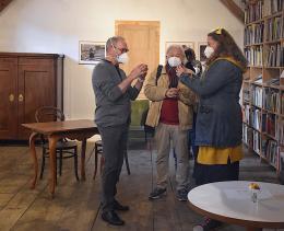 Bei der Vernissage: Dr. Arthur Tscharre, Nikolaus Walter und Luisa Suitner (© Kapi)