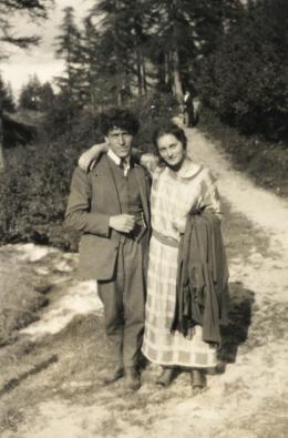 Unbekannter Fotograf, Alberto und Ottilia Giacometti in den Wäldern von Stampa, um 1923/24, Privatbesitz