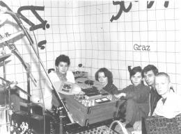 Unbekannter Fotograf, rosi lebt, Ilse Prager, Doris Koller, Eva Ursprung, Iti Prager und Andreas Wildbein im Proberaum in Graz Gösting, 1983,  Privatsammlung Eva Ursprung
