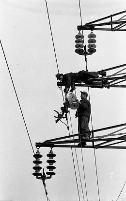 """""""Elektriker am Mast"""", undatiert,  Foto: Multimediale Sammlungen/Universalmuseum Joanneum"""