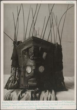 Abzug: Maske, Holzplatte mit Vogelgesicht und Verzierung mit Perlmutteinlagen © KHM-Museumsverband