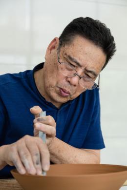Grossmeister Mao Zhengcong beim Abdrehen einer Schale in seiner Werkstatt in Longquan. Foto: Franca Wohlt, 2018.