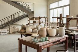 Arbeitsräume der Werkstatt von Meister Jiang Xiaohong im Gewerbequartier für Seladon in Longquan. Foto: Franca Wohlt, 2018.