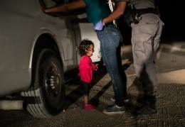 Weinendes Kind während der Festnahme der Mutter an der US-Südgrenze. McAllen, Texas, 12. Juni 2018. © World Press Photo, John Moore