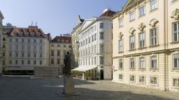 Judenplatz mit Misrachi-Haus, Haus der Genossenschaft der Kleidermacher und Böhmische Hofkanzlei, Lessing-Denkmal und dem Mahnmal für die Opfer der Shoa