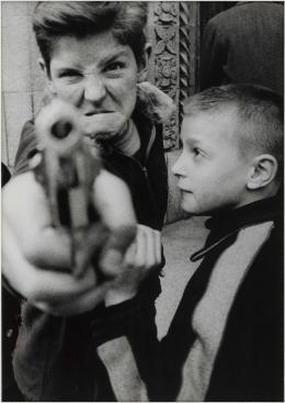 William Klein: Gun 1, New York, 1955 © William Klein, William Klein, Haus der Photographie / Sammlung F.C: Gundlach, Hamburg